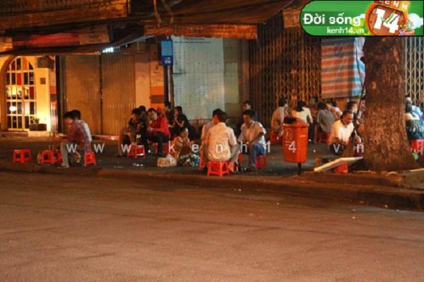 Quán cafe vỉa hè trên góc Hai Bà Trưng vẫn còn hoạt động dù đã hơn 12h đêm.