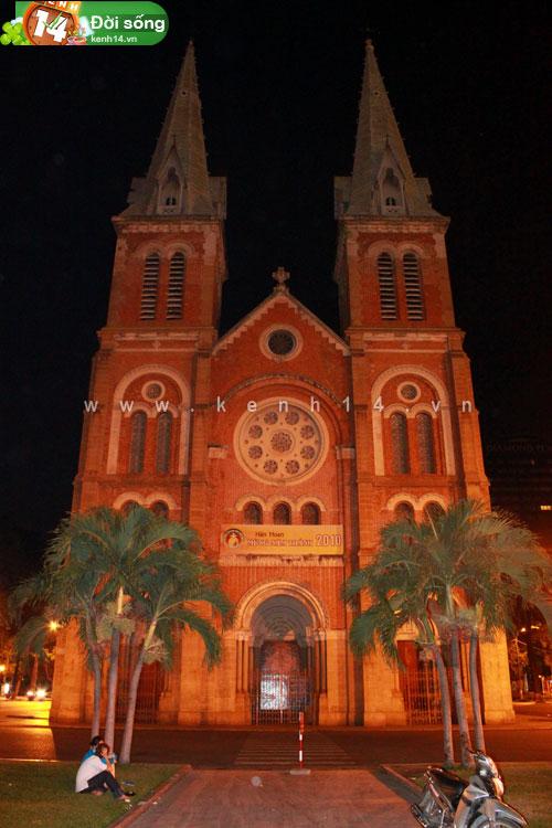 Và một góc nhà thờ Đức Bà vào lúc nửa đêm
