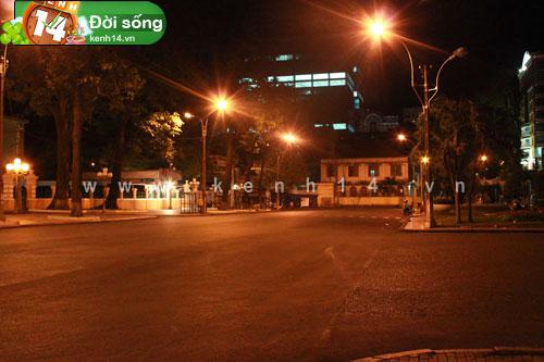 Con đường ngay trung tâm thành phố vốn náo nhiệt, bây giờ lại vắng lặng thế này đây.