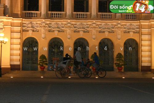 Khách du lịch nước ngoài rất thích Sài Gòn yên lặng về đêm nha. Lúc này là 02:40 vẫn rất nhiều khách nước ngoài dạo Sài Gòn.