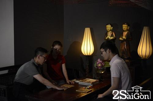 Trước khi bước vào phòng ăn, khách được chơi trò chơi xếp hình. Cũng là cách để rèn luyện trí nhớ, trí tưởng tượng trước khi bước vào bóng tối