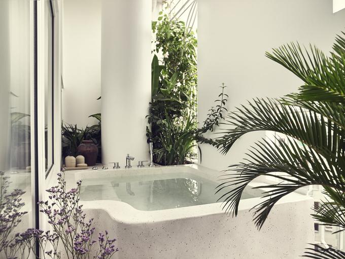 Để đem đến dịch vụ sang trọng, tiện nghi cho du khách, khách sạn đưa vào sử dụng các thiết bị hiện đại như bồn toilet tự động, màn hình LCD, loa Bluetooth JBl, máy đun nước nóng, máy pha cà phê, bồn tắm ngoài trời...