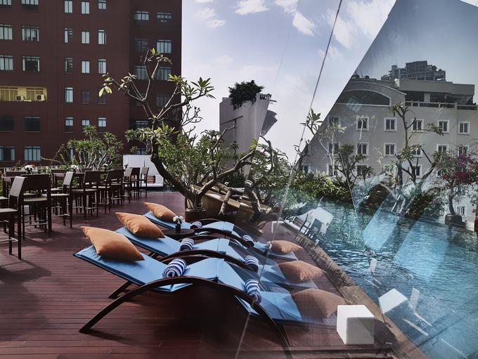 Khách sạn còn có 2 nhà hàng, một skybar, phòng họp cách âm cùng các trang thiết bị hiện đại, dịch vụ tiện nghi cao cấp như spa, hồ bơi ngoài trời… mang đến trải nghiệm đa dạng cho khách lưu trú.