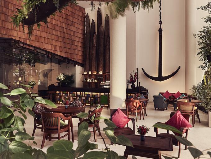 Khu vực phía sau bàn lễ tân của Ba Son café được xây dựng từ các viên gạch Pháp. Kèo thép, ốc vít… của ụ tàu Ba Son được khéo léo đưa vào trong thiết kế để lưu dấu ấn về lịch sử của Sài Gòn.