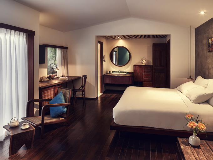 Khách sạn gồm 108 phòng có ban công, bồn tắm ngoài trời với tầm nhìn ra sông Sài Gòn hoặc đường Đồng Khởi. Các phòng nghỉ kết hợp giữa nét cổ xưa và tân thời, tận dụng tối đa ánh sáng trời. Mặt sàn lát gỗ nâu sẫm tạo cảm giác đầm ấm. Điểm nhấn là những tác phẩm nghệ thuật và nội thất nguyên bản, gợi nhớ không gian sống của những gia đình Sài Gòn - Chợ Lớn - Gia Định xưa.
