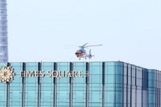 Máy bay trực thăng đang bay đáp thử nghiệm bãi đổ trên nóc tòa nhà Times Square. Ảnh: T.S