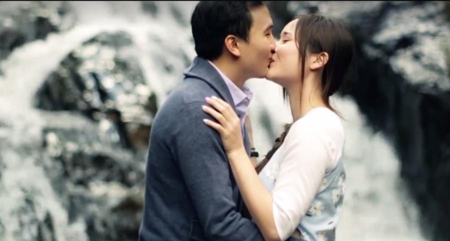 Tình cảm của cô sinh viên người Mỹ và anh chàng nhân viên CNTT người Việt cứ diễn ra một cách tự nhiên, không ai trong hai người nhận ra được đó là tình yêu... ẢNH: NVCC