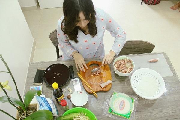 Sasha học rất thích nấu và ăn các món ăn Việt Nam ẢNH: LÊ NAM