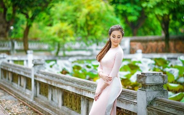 Sasha duyên dáng trong tà áo dài Việt Nam