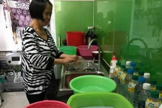 Đêm mai hàng loạt khu vực bị cúp nước, người dân nên trữ nước để dành xài - Ảnh: Q.Khải