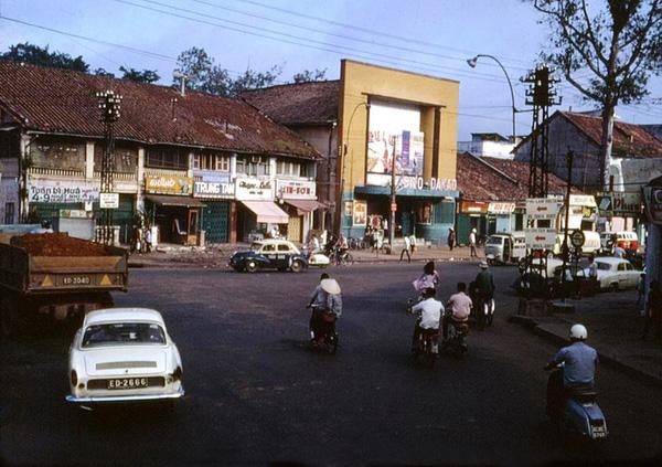 Rạp hát trên đường Đinh Tiên Hoàng (gần cầu Bông)