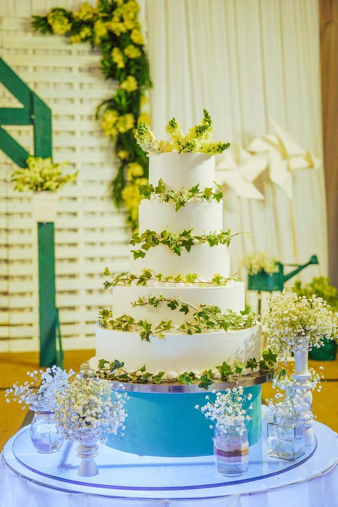 Bánh cưới màu trắng giản dị mà đẹp tự nhiên.