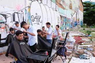 Tiệm tóc miễn phí được mở ngay trên một bãi đất hoang ở quận 7.