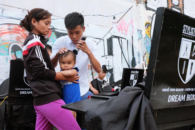 Chị Thu dẫn con trai sang cắt tóc.