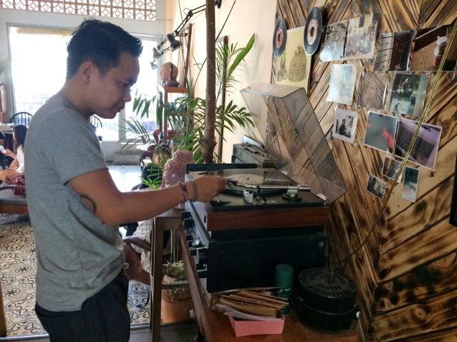 Nghe những bài ca phát ra từ chiếc máy hát đĩa than là nét độc đáo ở một quán cà phê tại Sài Gòn