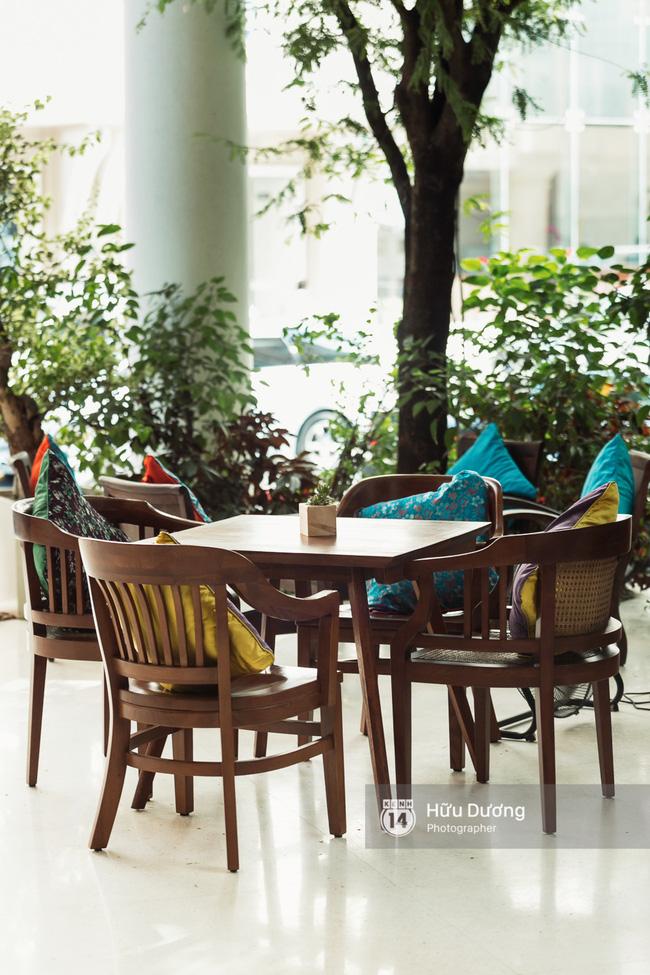 Bàn ghế trong quán tạo nên cảm giác về một Sài Gòn xưa cũ.
