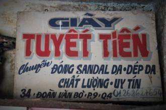Tấm bảng hiệu cũ của tiệm giày 555 Tuyết Tiến đã gần một thế kỷ. Ảnh: Ngọc Nhiên