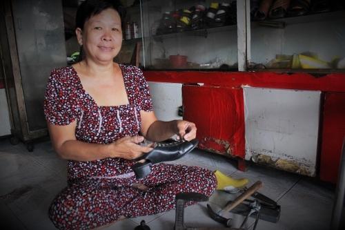 Cô Tuyết năm nay đã ngoài 50 tuổi có kinh nghiệm hơn 30 năm trong nghề đo ni đóng giày. Ảnh: Ngọc Nhiên
