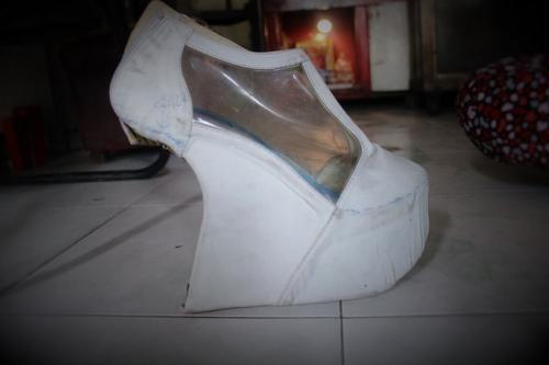 Cô Tuyết nhận đóng giày cho cả những nghệ sĩ. Ảnh: Ngọc Nhiên