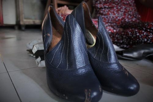Đôi giày mang nhiều kỷ niệm của cô Tuyết với những lứa sinh viên tìm đến cô để học nghề. Ảnh: Ngọc Nhiên