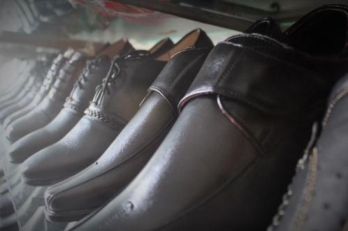 Những chiếc giày da với những mẫu theo khách yêu cầu. Ảnh: Ngọc Nhiên