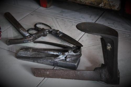 Một số đồ nghề để làm ra được một chiếc giày. Ảnh: Ngọc Nhiên