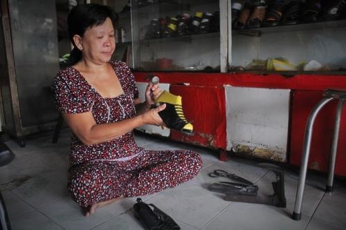 Để làm ra một đôi giày đẹp và vừa ý cho khách, cần phải có kinh nghệm và đôi tay khéo léo. Ảnh: Ngọc Nhiên