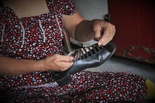 Cô Tuyết là người rất đam mê với nghề đo ni đóng giày. Ảnh: Ngọc Nhiên