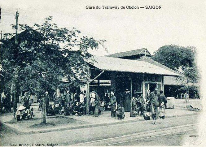 Ga xe điện Sài Gòn - Chợ Lớn ngay trước chợ  Bến Thành cũ (mái chợ phía sau ga) đầu thế kỷ 20 - Ảnh: Brunet