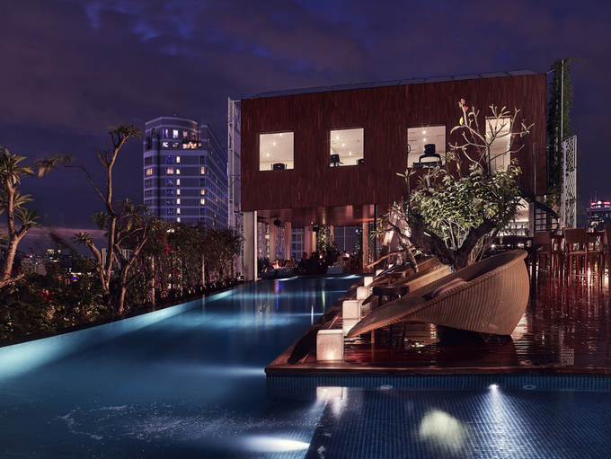 Dọc các hành lang hay sân thượng điểm xuyết bằng những chậu cây trồng trong lu đơn giản, nhưng đậm bản chất văn hóa Sài Gòn. Kiến trúc này nhằm mang đến du khách một khu nghỉ dưỡng giữa lòng thành phố hiện đại chứ không đơn thuần là khách sạn lưu trú.