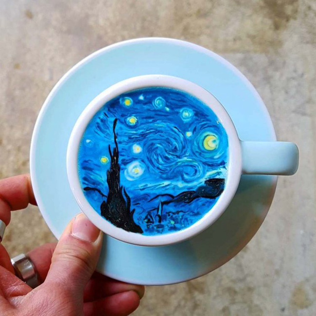"""Bức họa """"Starry Night"""" của họa sĩ nổi tiếng Van Gogh được vẽ lại trên nên bọt trắng của tách cà phê truyền thống."""