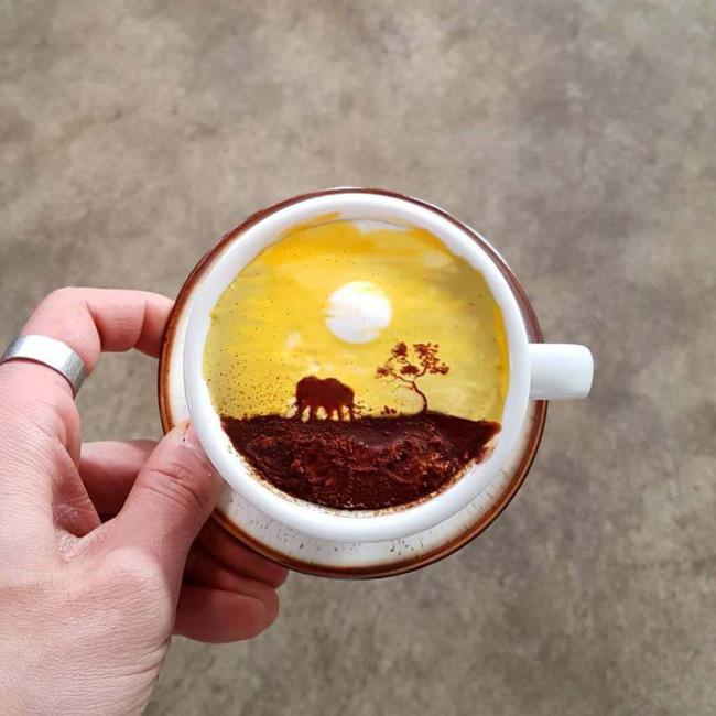 Cảnh hoàng hôn đẹp đến khó tin trên tách cà phê nhỏ bé.
