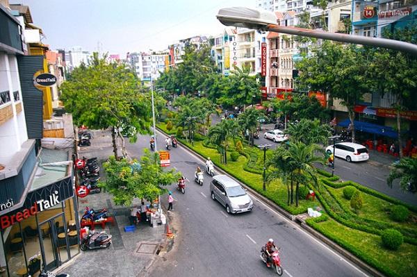 Đường Phan Xích Long nằm giữa quận Phú Nhuận và quận Bình Thạnh, là con đường sầm uất bậc nhất Sài Gòn khi hội tụ tất cả các dịch vụ ăn uống, giải trí và mua sắm cho người dân.