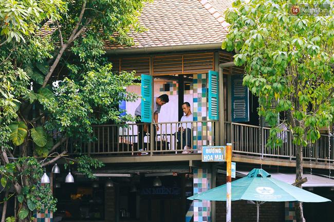 """Một quán cafe dễ thương trên đường Hoa Mai. Được che chắn bởi những tòa nhà văn phòng trên đường chính nên các """"đường hoa"""" lúc nào cũng rợp bóng mát."""