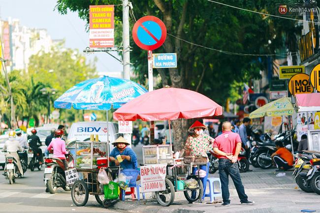 Bên cạnh các nhà hàng Thái, Nhật, Hàn và các quán ăn đủ mọi vùng miền, khu Phan Xích Long còn là nơi tập trung nhiều hàng quán ăn vặt hơn bất cứ nơi nào ở Sài Gòn.