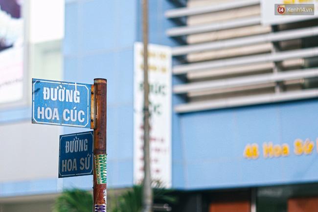 """Ngay đoạn giao giữa đường Hoa Cúc và Hoa Sứ là một siêu thị lớn, bên dưới có đến hàng chục quán cafe, giải khát """"bao vây""""."""