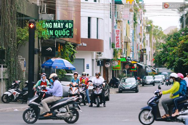 Vài năm gần đây, do lượng người đổ về khu Phan Xích Long để kinh doanh, thuê ở và giải trí ngày càng nhiều, phương tiện bắt đầu đông hơn, chính quyền đã lắp đặt các hệ thống đèn giao thông và cả camera an ninh trên toàn tuyến đường để hạn chế tệ nạn