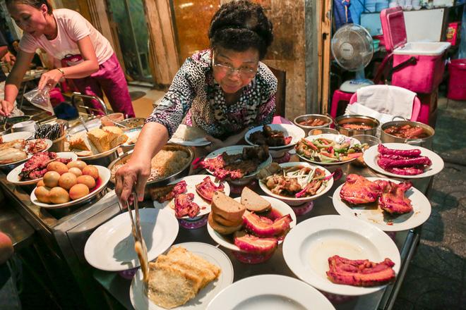 Quán của bà Bảy có rất nhiều món ăn cho khách chọn lựa.