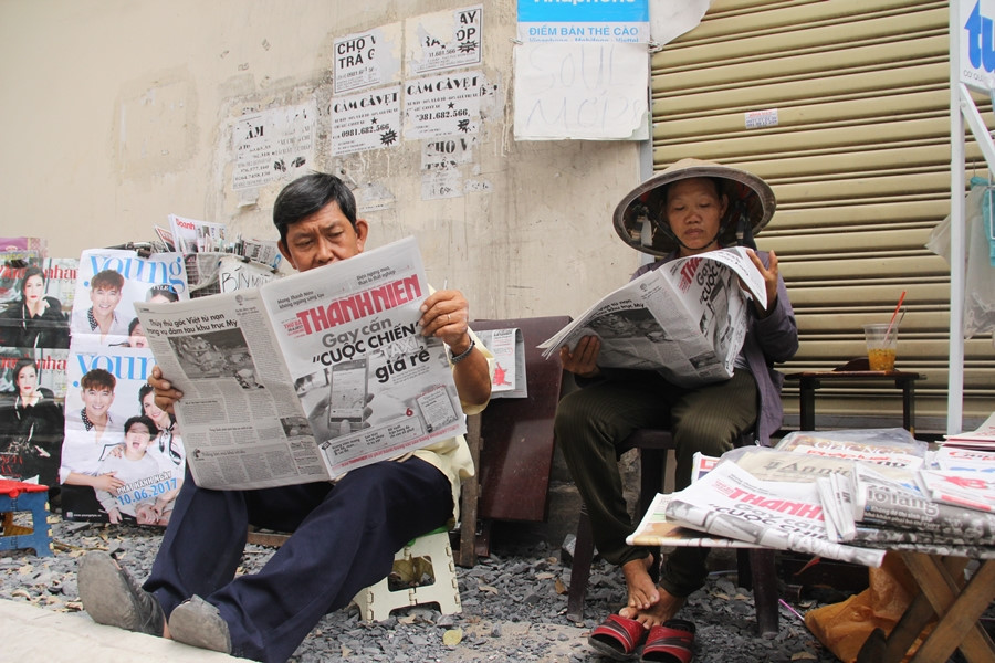 Sạp báo của hai vợ chồng ở đầu ngõ 306 Nguyễn Thị Minh Khai, P.5, Q.3, TP.HCM ẢNH LÊ NAM