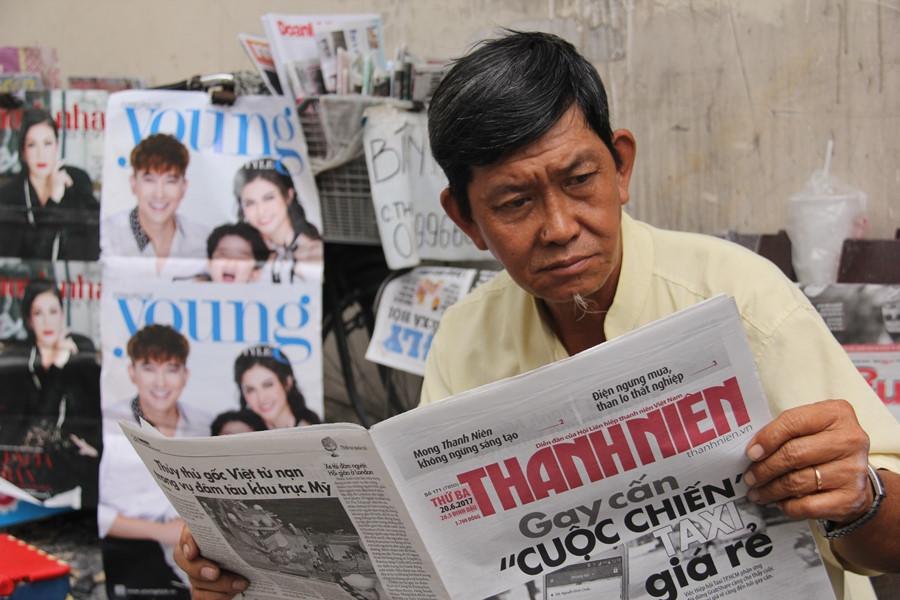 Thói quen cập nhật tin tức hàng ngày qua mỗi tờ báo mới của ông Sơn duy trì hơn 40 năm qua. ẢNH LÊ NAM