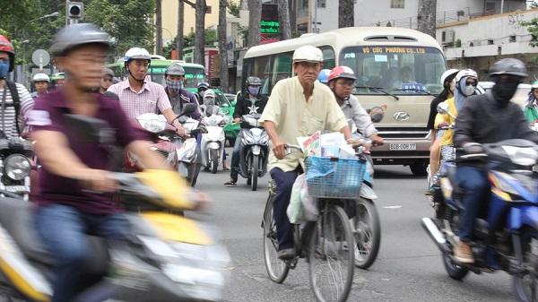 Mẹ ông Sơn từng dành cả tuổi thanh xuân để đi rao báo, đến năm 60 tuổi bà mới nghỉ, năm nay cụ đã ngoài 90 tuổi, Còn ông Sơn sinh ra và lớn lên ở Sài Gòn, cũng vào nghề từ năm 20 tuổi, ngoài ông còn có hai người chị và một em trai ruột đến nay vẫn duy trì sạp báo trong thành phố.
