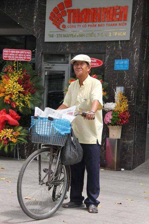 Ông Sơn thường đến các tòa soạn báo từ 5 giờ sáng để nhập báo.