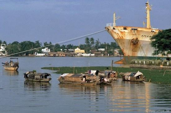 Thuyền bè tạm bợ quần tụ ngay gần nơi những tàu hàng lớn neo đậu là hình ảnh quen thuộc trên sông Sài Gòn đầu những năm 1990.