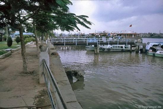 Bến tàu trên sông Sài Gòn.