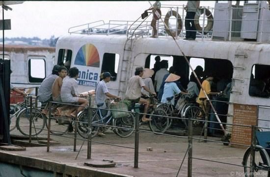 Do chưa có cầu, phà là phương tiện chính để qua sông Sài Gòn.