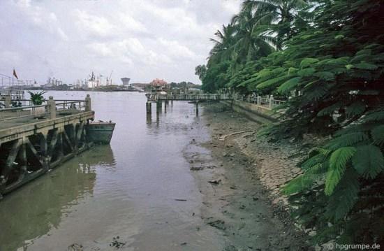 Từ bến tàu nhìn ra phía cảng Sài Gòn.