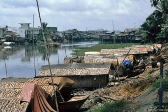 Những con thuyền nhỏ lợp mái lá và những túp nhà lụp xụp là hình ảnh quen thuộc.
