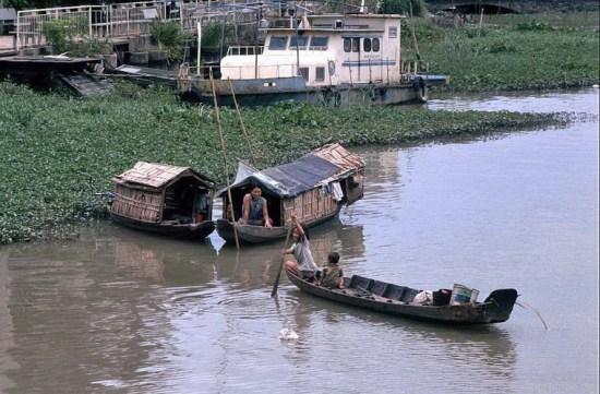 Hoạt động của nhiều hộ gia đình diễn ra ngay trên sông nước.