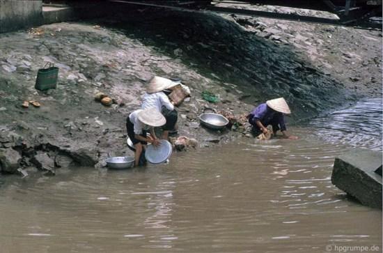Giặt giũ, lau rửa vật dụng bên sông.