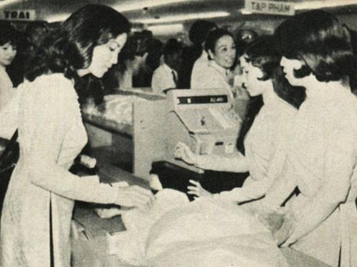Diễn viên điện ảnh Kiều Chinh đến mua hàng tại siêu thị Nguyễn Du trước 1975 - Ảnh: Tư liệu